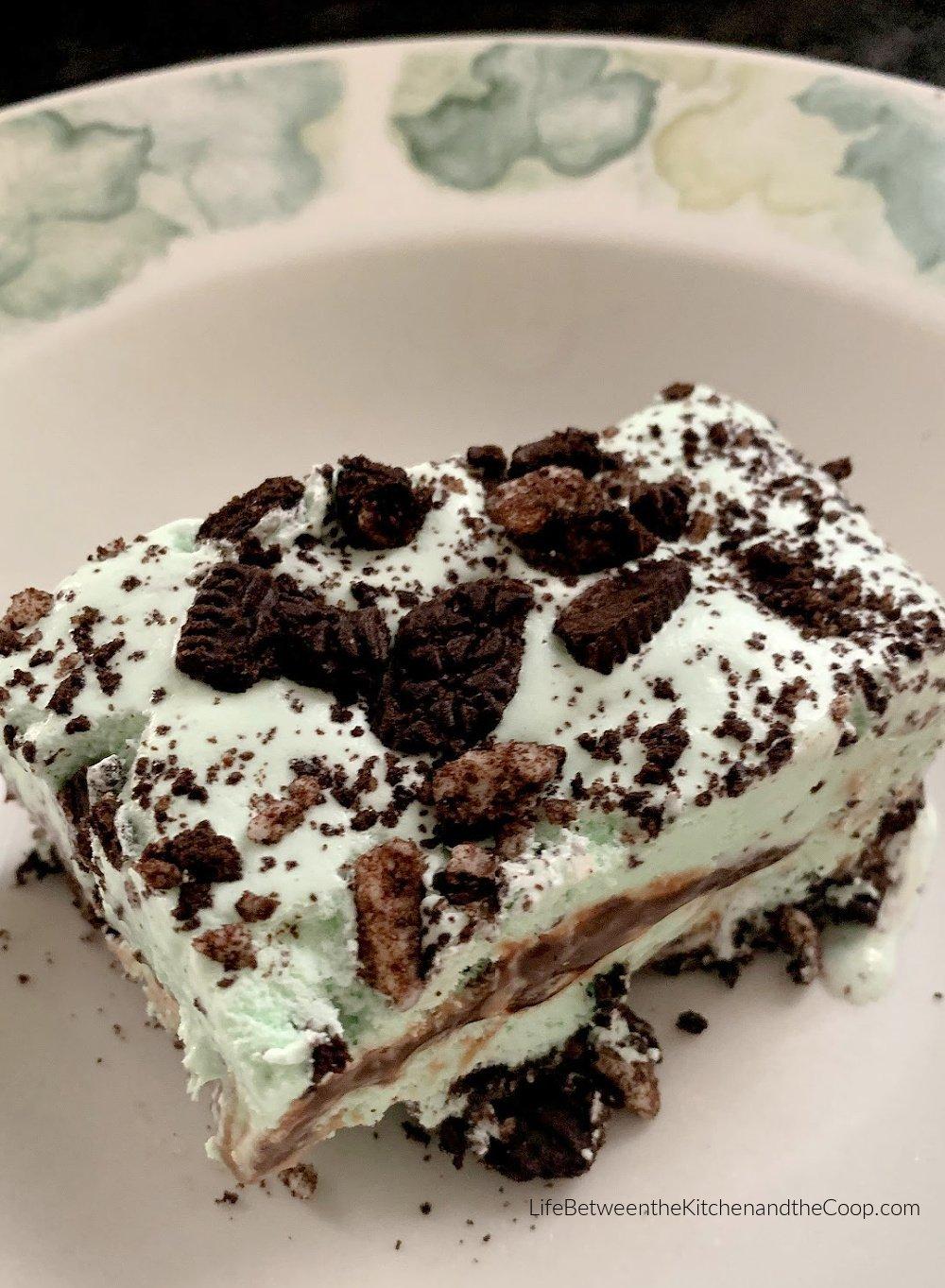 grasshopper dessert with oreo crust and hot fudge